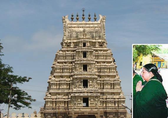 jayalalithaa offers worship at temple