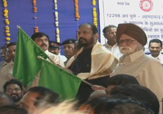 suresh kalmadi shows green flag to pune ahmedabad duronto