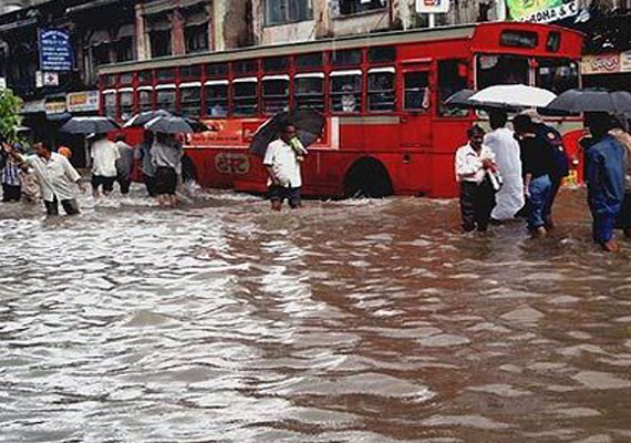 traffic snarls waterlogging in mumbai due to heavy rains