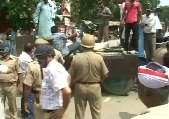 up police resorts to lathicharge on villagers in deoria