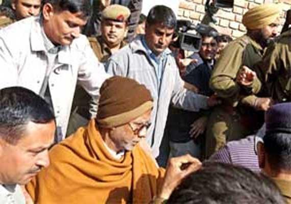 ulhasnagar asst municipal commissioner thrashed by shiv