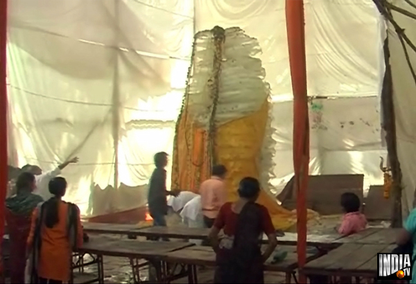 21 feet high ice shiv lingam created in mulund temple