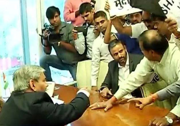 10 shiv sena workers arrested for protest at bcci