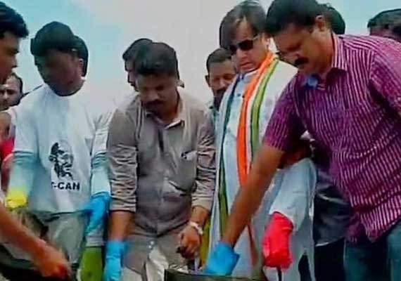 shashi tharoor joins swachh bharat abhiyan