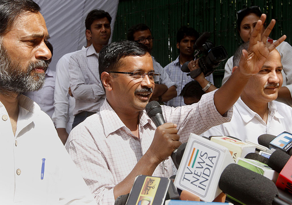 kejriwal s road show in chandni chowk attracts huge crowd