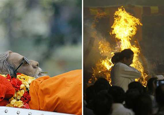 rare pics of bal thackeray s final journey and cremation at