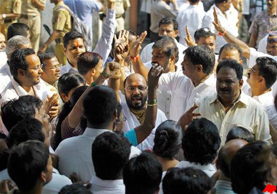 visitors throng matoshree to see ailing thackeray