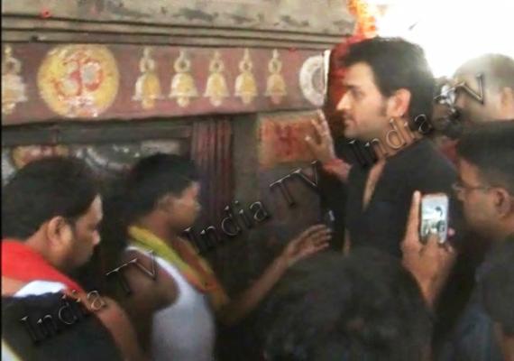 dhoni offers prayers to goddess on navratri