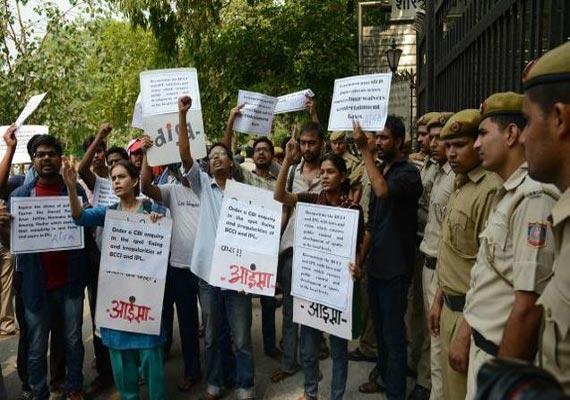 ipl spot fixing delhi police arrest mumbai man with