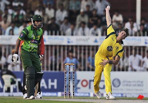 australia bowls out pakistan for 198 in 1st odi