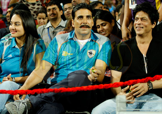 with akshay and sonakshi angry khan smiles at crowd in pune
