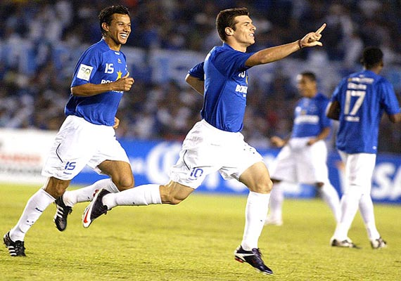 cruzeiro beats atletico to lead brazilian league