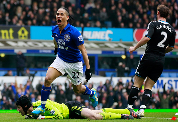 pienaar scores as everton beats chelsea 2 0