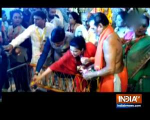 Maha Shivratri 2019: Piyush Goyal offers prayers to lord Shiva at Babulnath Temple
