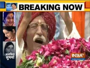 MDH owner Dharampal Gulati breaks into tears as he pays tribute to Sushma Swaraj