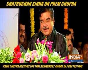 Shatrughan Sinha honours Prem Chopra with Lifetime Achievement