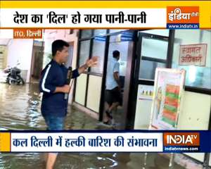 Heavy rain lashes Delhi, traffic snarls as roads waterlogged